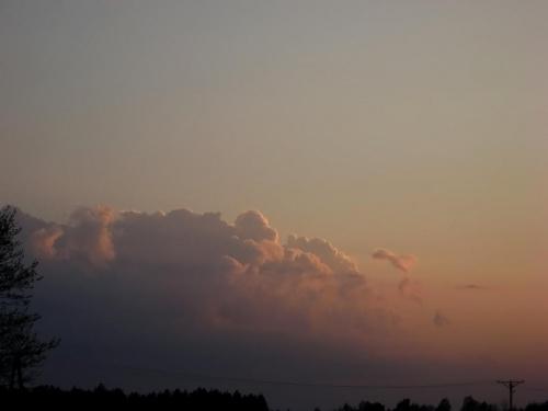 Prawdopodobnie rozbudowane cumulonimbusy bardzo daleko.... Dodałem troche kontrastu zminimalizowałem szum ile sie dało. Zdięcie robione na 4 zoomie optycznym. #cumulunimbus #chmury