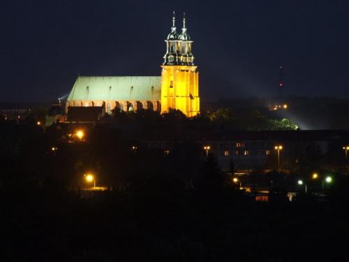 Katedra od strony osiedla Winiary Noc