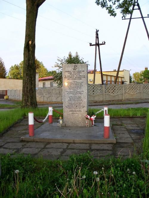 SŁOTWINY gm.Koluszki OBELISK PAMIĘCI PARTYZANTÓW AK POLEGŁYCH NA TERENIE STACJI KOLEJOWEJ W SŁOTWINACH W 1944 roku #Koluszki #Słotwiny #ArmiaKrajowa #StacjaSłotwiny #LeśniczówkaSłotwiny #Pomnik