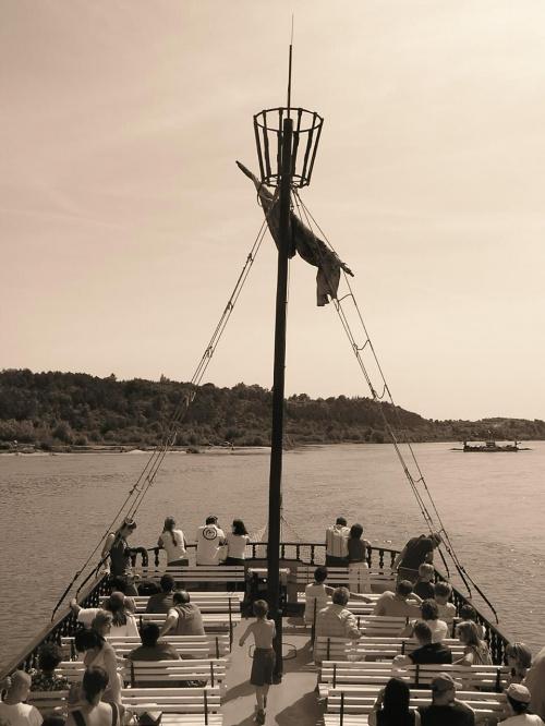 Rejs po Wiśle, Kazimierz Dolny #statek #statkiem #rejs #PłynąćStatkiem #dziób #Wisła #rzeka #KazimierzDolny #BocianieGniazdo
