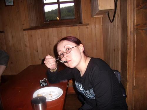 Atka wcina szarlotke :)