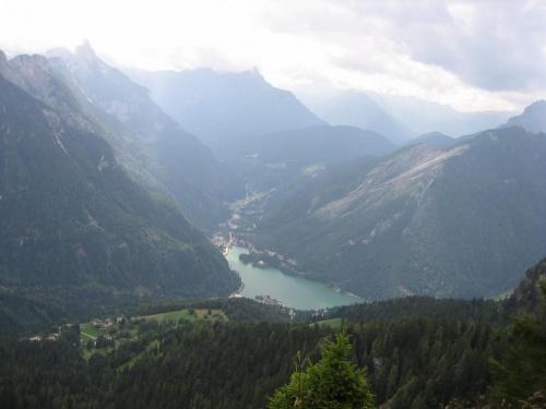 widok sprzed Ristoro Belvedere na Lago di Alleghe #góry #Dolomity #Włochy
