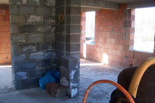kominek a po prawej stronie kuchnia z dodatkowym oknem