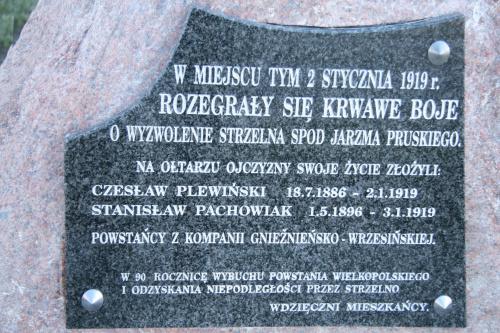 Tablica na obelisku poświęcona w d. 2 stycznia 2009 r.