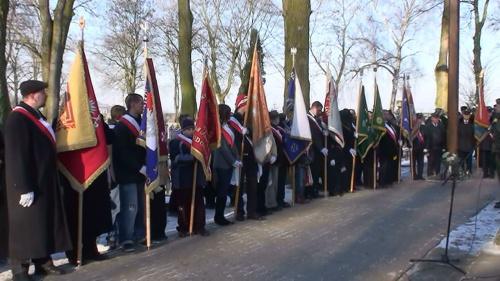 Poczty sztandarowe wystawione przez organizacje, instytucje i partie - przed Pomnikiem Powstańców Wielkopolskich na strzeleńskiej nekropolii.