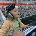 Mój bratanek Seweryn w Media Markt xD Jaka faza - muzyki słucha ;D #Seweryn #MediaMarkt #płyty #muzyka #faza #uśmiech #dziecko #bratanek